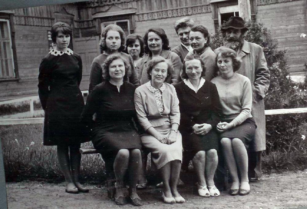 1967. Isetegevuslased rahvamaja ees. Fotoalbum Sänna rmtk 19